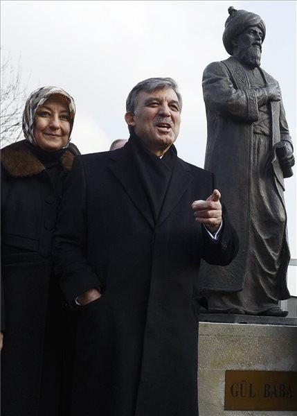 A háromnapos hivatalos magyarországi látogatáson tartózkodó Abdullah Gül török államfő és felesége, Hayrünnisa Gül megtekintik Gül Baba szobrát a II. kerületi Türbe téren 2014. február 18-án. MTI Fotó: Kovács Tamás