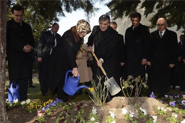 A háromnapos hivatalos magyarországi látogatáson tartózkodó Abdullah Gül török államfő (b4) és felesége, Hayrünnisa Gül (b3) rózsát ültetnek Gül Baba türbéjének kertjében Budapesten 2014. február 18-án. MTI Fotó: Kovács Tamás