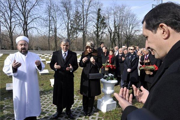 A háromnapos hivatalos magyarországi látogatáson tartózkodó Abdullah Gül török államfő (b2) és felesége, Hayrünnisa Gül (b3) imádkozik a síroknál az I. világháború török mártírjainak emlékhelyén a fővárosi Új köztemetőben 2014. február 18-án. MTI Fotó: Kovács Attila