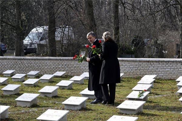 A háromnapos hivatalos magyarországi látogatáson tartózkodó Abdullah Gül török államfő és felesége, Hayrünnisa Gül virágot helyez el a síroknál az I. világháború török mártírjainak emlékhelyén a fővárosi Új köztemetőben 2014. február 18-án. MTI Fotó: Kovács Attila