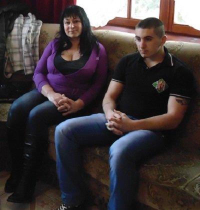 """Apatócki Flórián édesanyjával Béren, 2013. december 7-én. Temerinben az utóbbi években pontosan egy tucat magyar fiatalembert tartóztattak le. Flórián a """"Temerini Ötök"""" néven ismert, második körben ártatlanul bebörtönzött fiúk egyike, aki a közelmúltban, különös körülmények között szabadult."""