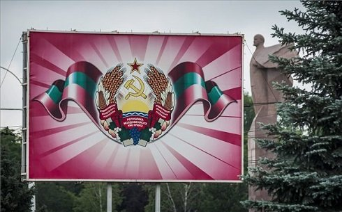 Moldova szakadár, magát Dnyeszter Menti Köztársaságnak nevező területének címere és egy Lenin-szobor a terület fővárosában, Tiraszpolban 2013. június 7-én. MTI Fotó: Czeglédi Zsolt