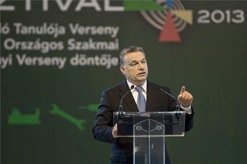 Orbán Viktor miniszterelnök beszél a 6. Szakma Sztár Fesztiválon, a Szakma Kiváló Tanulója Verseny és az Országos Szakmai Tanulmányi Verseny döntőjének megnyitó ünnepségén, a Hungexpo Vásárközpontban 2013. április 24-én. MTI Fotó: Koszticsák Szilárd