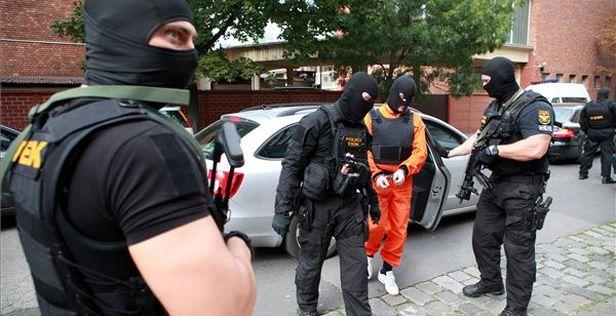 Rendõrtiszt letartóztattak
