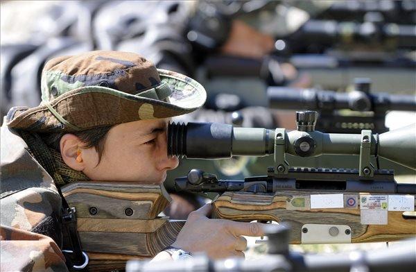Versenyzők céloznak a rendőri és katonai mesterlövő világkupán a Nagytétényi lőtéren 2015 június 21-én. MTI Fotó: Máthé Zoltán