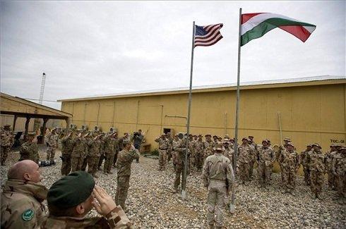 Hende Csaba honvédelmi miniszter (b) jelenlétében ünnepélyesen felvonják a magyar és az amerikai zászlót a magyar-amerikai Katonai Tanácsadó Csoport (Military Advisor Team - MAT) új bázisának átadásán, a Camp Spann táborban, az afganisztáni Mazari-Sarifban 2013. március 26-án. MTI Fotó: Koszticsák Szilárd