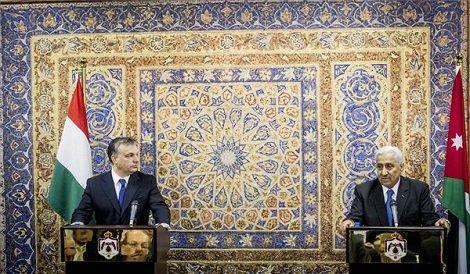A Miniszterelnökség által közreadott képen Abdalláh Enszúr jordán kormányfő (j) és Orbán Viktor miniszterelnök (b) megbeszélésüket követően sajtótájékoztatót tartanak Ammánban 2013. március 18-án. A magyar miniszterelnök negyventagú üzleti küldöttséggel, miniszterekkel, államtitkárokkal utazott hivatalos látogatásra Jordániába. MTI Fotó: Miniszterelnökség/Burger Barna