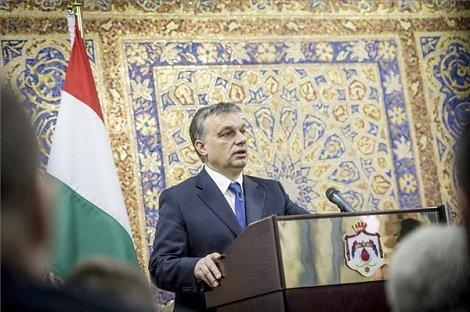 A Miniszterelnökség által közreadott képen Orbán Viktor miniszterelnök beszél az Abdalláh Enszúr jordán kormányfővel folytatott megbeszélése után tartott közös sajtótájékoztatón Ammánban 2013. március 18-án. A magyar miniszterelnök negyventagú üzleti küldöttséggel, miniszterekkel, államtitkárokkal utazott hivatalos látogatásra Jordániába. MTI Fotó: Miniszterelnökség/Burger Barna