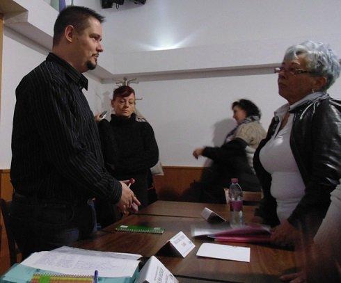 2013. november 23. Amman Étterem külön terme - Bankcsapda Érdekvédelmi Civil Szervezet elnöke, Falus Zsolt Ferenc az előadás szünetében érdeklődők kérdéseire válaszol.