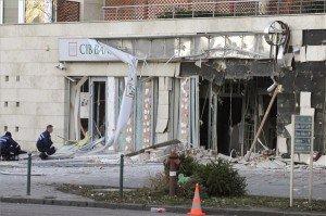 Rendőrök helyszínelnek egy bankfiók előtt 2014. január 13-án a XIII. kerületi Lehel utcában, miután az épület utcafronti fala mintegy tíz négyzetméter területen robbanás miatt kidőlt. Szemtanúk egy motorost láttak elhajtani a bank épülete elől a robbanást megelőzően. MTI Fotó: Mihádák Zoltán