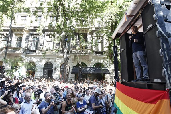 Budapest, 2015. július 11. Fischer Iván Kossuth-díjas karmester beszél a 20. jubileumi Budapest Pride felvonulás megnyitóján Andrássy úton, az Operánál 2015. július 11-én. MTI Fotó: Szigetváry Zsolt