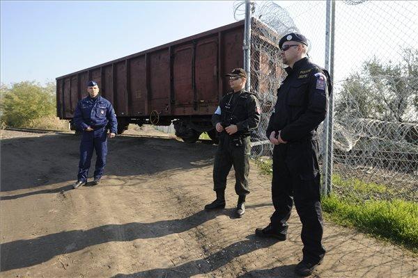 Egy magyar, egy szlovákiai és egy cseh rendőr (b-j) a magyar-szerb határon, a Horgos-Szeged vasútvonalat lezáró vasúti kocsinál, Röszke térségében 2015. október 31-én. MTI Fotó: Kelemen Zoltán Gergely