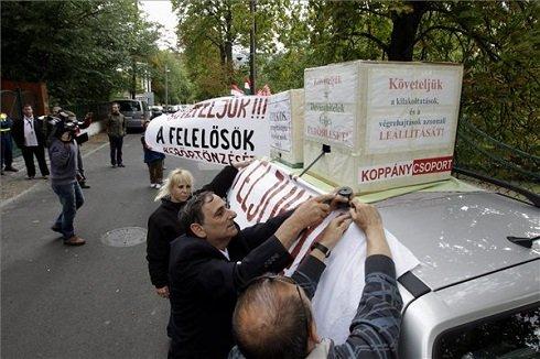 A Nem adom a házam mozgalom aktivistái 72 órás éhségsztrájkba kezdenek a devizahitel-károsultak érdekében, Orbán Viktor miniszterelnök budai házánál 2013. szeptember 3-án. MTI Fotó: Szigetváry Zsolt