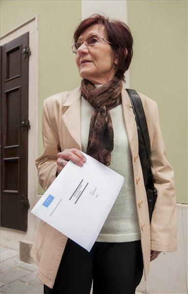 A szlovák állampolgárságától a magyar felvétele miatt megfosztott Dolník Erzsébet érkezik szavazatának leadására a pozsonyi magyar konzulátusra 2014. április 2-án. MTI Fotó: Krizsán Csaba