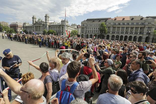 Az Országgyûlés alakuló ülése - Demonstráció a Kossuth t