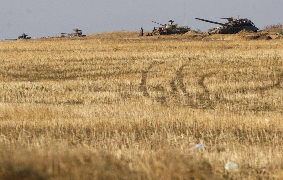 Ukrán katonák harcálláspontot vesznek fel hackocsikkal és tankokkal Debaltsev város közelében, donyecki régióban. (Anatolii Stepanov / AFP )