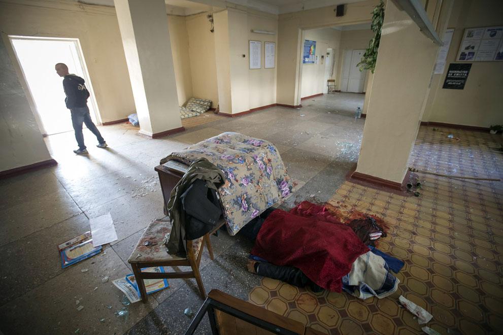Egy biológia tanár holtteste ágyúzás után egy iskolai teremben, Donyeckben.  (Reuters / Shamil Zhumatov)