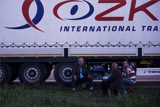 Kamionosok várakoznak a szerb-horvát határon, a Batrovci-Bajakovo határátkelőhely közelében 2015. szeptember 22-én. Veszteglő kamionosok mindkét irányban lezárták teherautóikkal a Belgrádot Zágrábbal összekötő autópályán lévő átkelőt, tiltakozva amiatt, hogy azt a horvát hatóságok kétnapi lezárás után csak részlegesen nyitották meg. MTI Fotó: Balogh Zoltán