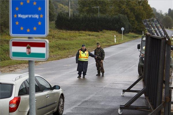 Rendőr és katona együtt ellenőriz egy autóst a magyar-szlovén határnál, a Tornyiszentmiklós-Pince határátkelőnél 2015. október 17-én. Magyarország ideiglenes jelleggel, a schengeni szabályokkal összeegyeztethető formában visszaállította a határellenőrzést a magyar-szlovén határon, mert Horvátország által Szlovénia felé indított migránsok jelentek meg a magyar határ közvetlen közelében, Rédicsnél. MTI Fotó: Varga György