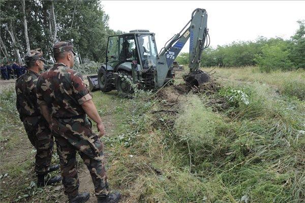 Egy munkagép az ideiglenes műszaki határzár építésének előkészítéseként földmunkákat végez a magyar-szerb határon, Mórahalom közelében 2015. július 13-án.