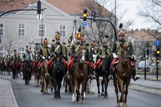Hagyományőrző lovas huszárok vonulnak fel a hatvani csata 166. évfordulója alkalmából rendezett ünnepségen Hatvan belvárosában.