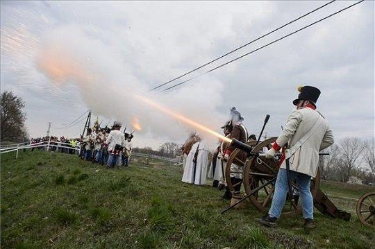 Hagyományőrzők egy ágyút sütnek el a hatvani csata 166. évfordulójának alkalmából rendezett hadibemutatón a hatvani Népkertben.