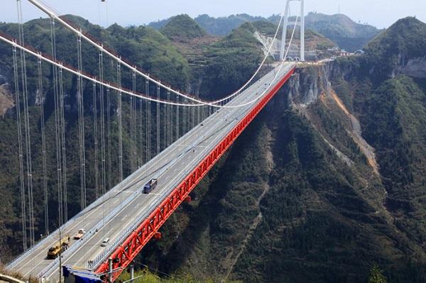 A világ legmagasabb, úgynevezett alagút hídja. a 336 méter magas és 1176 méter tengerszint feletti magasságban ívelő Aizhai hídat, amelyet 2012. március 31-én adtak át közép-kínai Hunan tartományban. - Fotó: archív felvétel AFP.