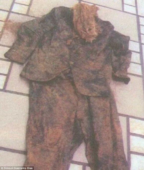 A könyv szerzője begyűjtötte azoknak a ruháknak a fényképét, amelyek szerinte azt bizonyítják, hogy Hitler 95 évesen Brazíliában halt meg.