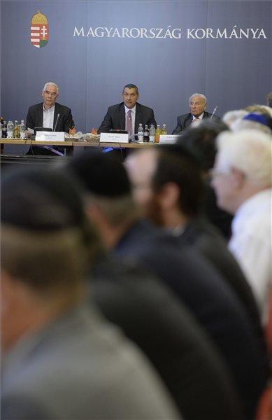 Lázár János, a Miniszterelnökséget vezető miniszter (k) beszél, mellette Balog Zoltán, az emberi erőforrások minisztere (b) és Zoltai Gusztáv, a Miniszterelnökséget vezető miniszter tanácsadója, a Magyarországi Zsidó Hitközségek Szövetségének (Mazsihisz) korábbi ügyvezető igazgatója (j) a Zsidó Közösségi Kerekasztal  ülésén az Országház Vadásztermében 2015. augusztus 12-én. MTI Fotó: Bruzák Noémi