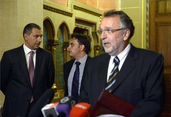 Heisler András, a Magyarországi Zsidó Hitközségek Szövetsége (Mazsihisz) elnöke (j) Lázár János Miniszterelnökséget vezető miniszter (b) és Latorcai Csaba, a Miniszterelnökség kiemelt társadalmi ügyekért felelős helyettes államtitkára (b2) a Zsidó Közösségi Kerekasztal ülése után tartott sajtótájékoztatón az Országházban 2015. augusztus 12-én. MTI Fotó: Bruzák Noémi