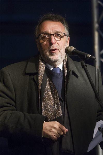 Heisler András, a Mazsihisz elnöke beszédet mond a székesfehérvári zsidó hitközség és a Magyarországi Zsidó Hitközségek Szövetségének (Mazsihisz) közös, Fénnyel a sötétség ellen! címmel megrendezett hanukai ünnepségén a székesfehérvári Bartók Béla téren 2015. december 13-án. A résztvevők a térre tervezett Hóman Bálint-szobor felállítása ellen tiltakoztak.