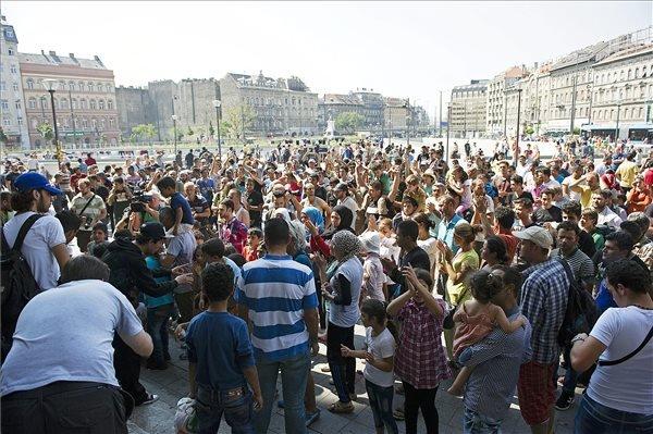 Migránsok tüntetnek a Keleti pályaudvarnál kialakított tranzitállomásnál 2015. augusztus 30-án. MTI Fotó: Lakatos Péter
