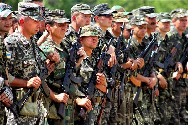 A Kárpátalja megyei területvédelmi zászlóalj katonái Rahonca  határában.