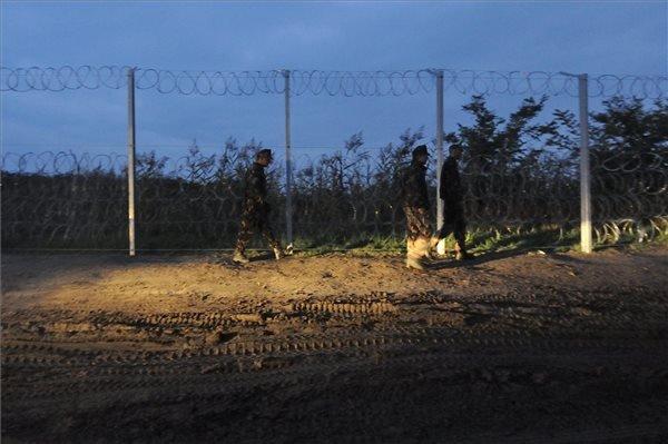Katonák az ideiglenes biztonsági határzár előtt, a magyar-szerb határon Röszke térségében 2015. szeptember 11-én. MTI Fotó: Kelemen Zoltán Gergely