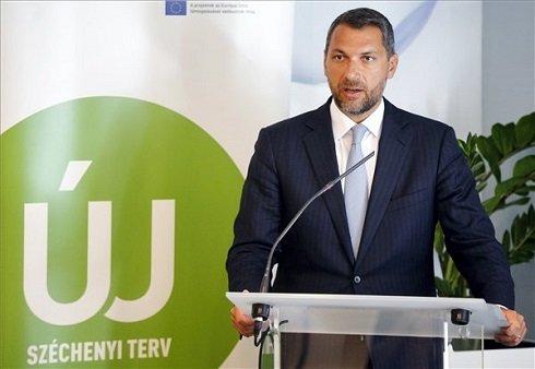 Lázár János, a Miniszterelnökséget vezető államtitkár, a Nemzeti Fejlesztési Ügynökség (NFÜ) vezetését augusztus 1-je óta ellátó kormánybiztos sajtótájékoztatót tart az NFÜ épületében 2013. augusztus 12-én. A kormánybiztos bejelentette, hogy sürgős akciótervet dolgoz ki a kormány az uniós forrásvesztés elkerülésére. MTI Fotó: Beliczay László