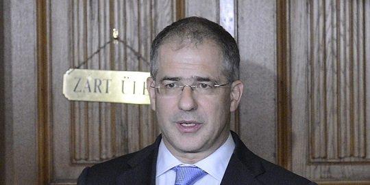 Kósa Lajos, az Országgyűlés honvédelmi és rendészeti bizottsága fideszes elnöke nyilatkozik a testület zárt ülése után az Országházban 2015. október 14-én. MTI Fotó: Soós Lajos