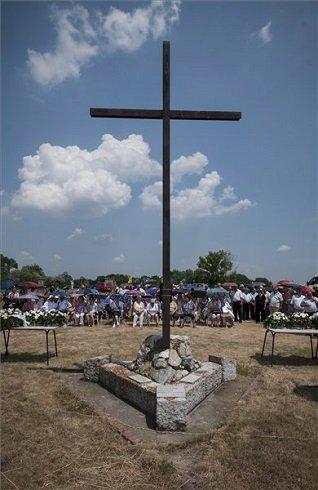 A hortobágyi kényszermunkatáborok feloszlatásának 60. évfordulója alkalmából tartott megemlékezés résztvevői az áldozatok emlékhelyénél Hortobágyon 2013. június 22-én. MTI Fotó: Czeglédi Zsolt
