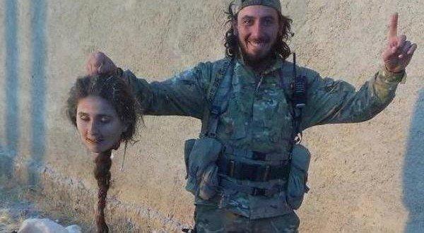 Iszlám Állam terroristája kurd harcosnő levágott fejével.