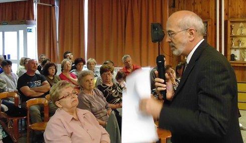László Tamás XV. kerületi polgármester és országgyűlési képviselő a lakossági fórumon ismerteti a tényként közölt, elferdített, kivitelezhetetlen konténerváros építést, amely egyébként abszolút ellentétben áll az önkormányzati határozatban foglaltakkal.