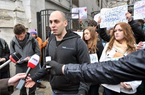 Rózsa Milán, a tüntetés egyik résztvevője sajtótájékoztatót tart a Fidesz budapesti, Lendvay utcai székházánál, miután az alaptörvény negyedik módosítása ellen tiltakozó civilek demonstrációt kezdtek az épület udvarán.