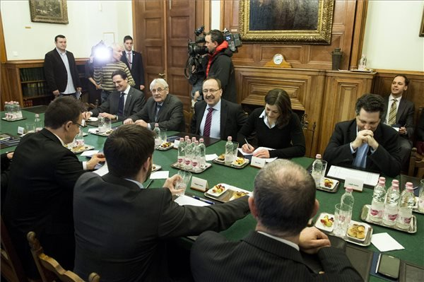 Szijjártó Péter a parlamenti pártok képviselőivel egyeztetett.  MTI Fotó: Koszticsák Szilárd