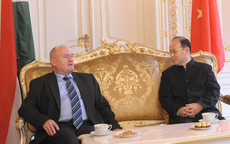 Hende Csaba honvédelmi miniszter tavaly novemberi, kínai látogatása.