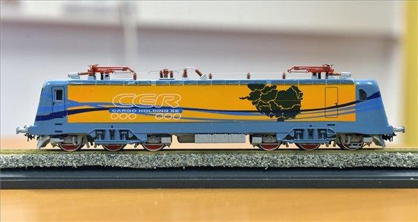 Egy ASEA-alapokra épített mozdony prototípusának modellje a Softronic és a LAC Holding magyarországi mozdonygyártás indításáról szóló szándéknyilatkozatának aláírásán Budapesten 2014. december 15-én. MTI Fotó: Máthé Zoltán