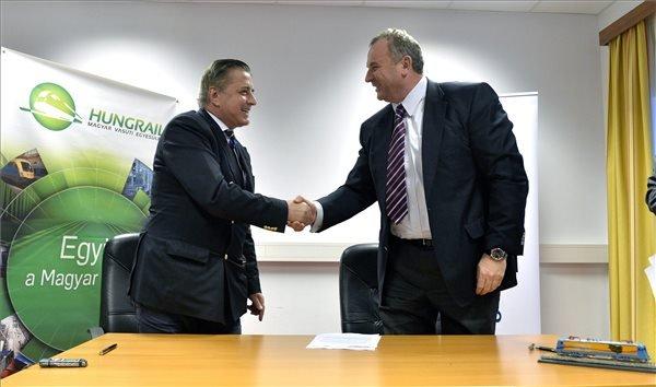 Ionel Ghita, a román Softronic vállalat vezérigazgatója (b) és Horváth László, a LAC Holding elnök-vezérigazgatója kezet fog a magyarországi mozdonygyártás indításáról szóló szándéknyilatkozat aláírásán Budapesten.