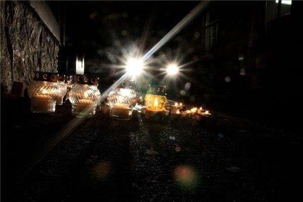 Veszprém, 2015. február 7. Mécsesek Marian Cozma, az MKB Veszprém néhai kézilabdázója emléktáblájánál 2015. február 7-én, egy veszprémi szórakozóhely előtt, ahol hat évvel ezelőtt meggyilkolták a sportolót. MTI Fotó: Nagy Lajos
