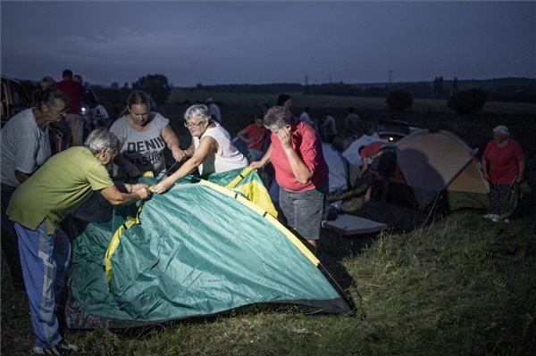 2015. augusztus 3. Helyi lakosok tiltakozásul sátrakat állítanak Martonfa határában, a tervezett befogadóállomás helyszínén 2015. augusztus 2-án este. A Magyar Közlönyben július 31-én megjelent kormányrendelet szerint a volt honvédségi lőtéren ideiglenes befogadóállomást terveznek az illegális bevándorlók elhelyezésére.