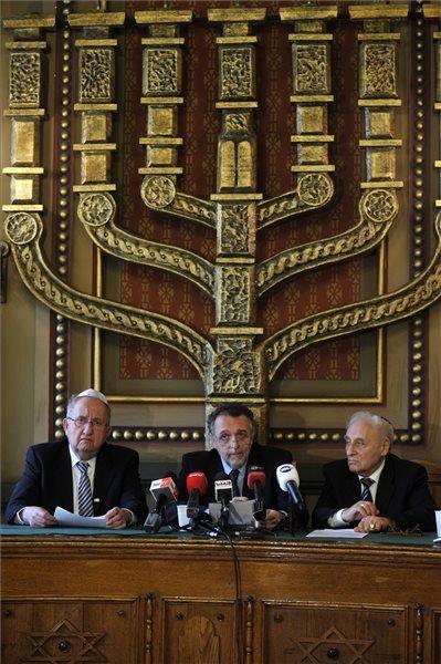 Tordai Péter alelnök (b), Heisler András elnök (k) és Zoltai Gusztáv ügyvezető igazgató (j) sajtótájékoztatót tartanak a Magyarországi Zsidó Hitközségek Szövetségének (Mazsihisz) közgyűlése után a szervezet Síp utcai székházában 2014. február 9-én. MTI Fotó: Kovács Attila