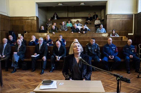 2015. március 3. Tanúként hallgatja meg a bíróság Morvai Krisztinát, a Jobbik európai parlamenti képviselőjét a volt rendőri vezetők és társaik 2006 őszi eseményekkel összefüggő büntetőperének tárgyalásán a Fővárosi Törvényszék Fő utcai épületében 2015. március 3-án. A háttérben a vádlottak padján az elsőrendű vádlott, Bene László nyugalmazott rendőr altábornagy, volt országos főkapitány (b), a másodrendű vádlott Gergényi Péter volt budapesti rendőrfőkapitány (b2) és a harmadrendű vádlott, Dobozi József, a Rendészeti Biztonsági Szolgálat (Rebisz) egykori parancsnoka (b3).