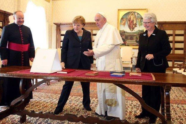Nadrágban a Vatikánban - hivatalos látogatáson. A kép mindent elmond...