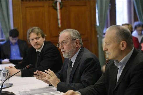 Böröcz István, a Médiaszolgáltatás-támogató és Vagyonkezelő Alap (MTVA) vezérigazgatója (k) beszél az Országgyűlés nemzeti összetartozás bizottságának ülésén, ahol az MTVA Kós Károly Kollégiumának tájékoztatóját hallgatják meg a bizottság tagjai a Parlamentben 2013. március 26-án. Mellette Barlay Tamás, a kollégium elnöke (b) és Havasi János, a Kós Károly Kollégium titkára, az MTVA kabinetvezető-helyettese, határon túli különmegbízottja (j). MTI Fotó: Beliczay László